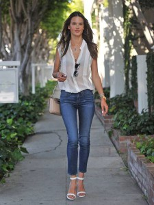 alessandra-ambrosio-best-outfits-style-stylechi-casual-chic-white-sleeveless-blouse-skinny-jeans-white-barely-there-heels